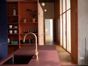 Lounge, 40m2, volledig ingerichte keuken, bank en lange tafel, kleurrijke wanden en meubles, grijze gietvloer