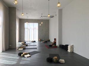 Studio Satu, 80m2, veel daglicht, Witte muren en plafond, Grijze gietvloer